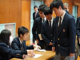 生徒会長の選挙の演説で悩んでいる中学生 ...